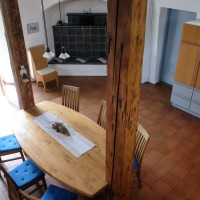 Blick auf Esstisch und Küche
