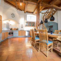 Küchenheile und Esstisch